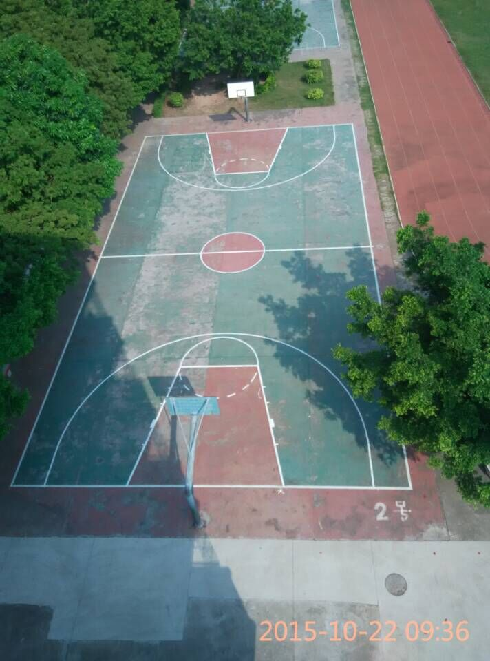 旧塑胶篮球场