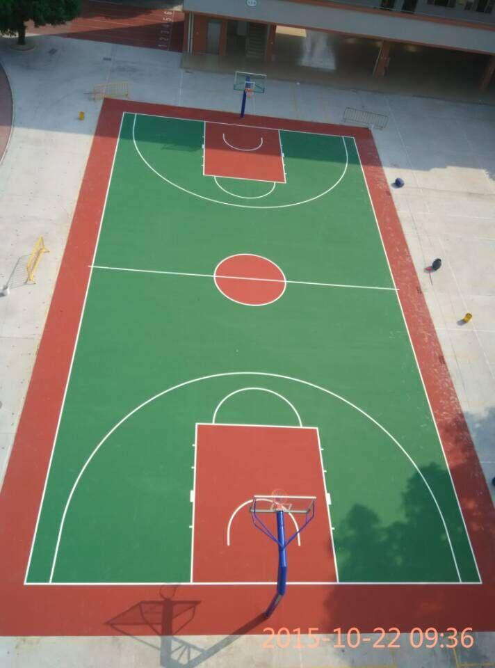 翻新改造后的丙烯酸篮球场