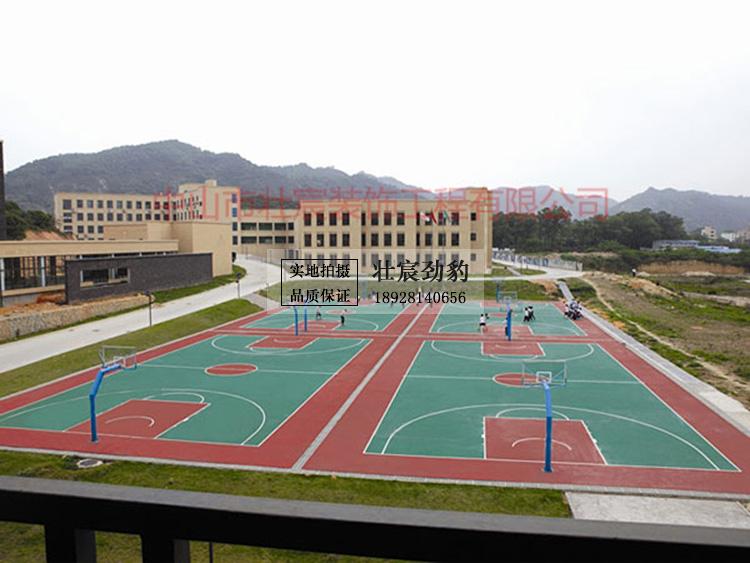 正值最美的青春年华 你的青春 怎么少得了 在运动场挥洒汗水的那些时刻 正是最胜年少轻狂时 你的大学 怎么能错过 吉珠这些运动圣地 整个校园户外运动场地有24个篮球场、4个足球场、6个网球场、1个游泳馆,室内运动场即是五环体育馆以及健身馆、五环体育馆面积达5216M²,可容纳数千人,里面分布5个篮球场、2个排球场和若干个羽毛球场。健身馆面积为470M²,分为健美操馆、拳击室、健身室。  风雨足球场 奶白配上六棱黑的球 在绿皮草地上来回穿梭 阳光暖暖地撒落 少年挥着汗水 全身的力气集聚于脚