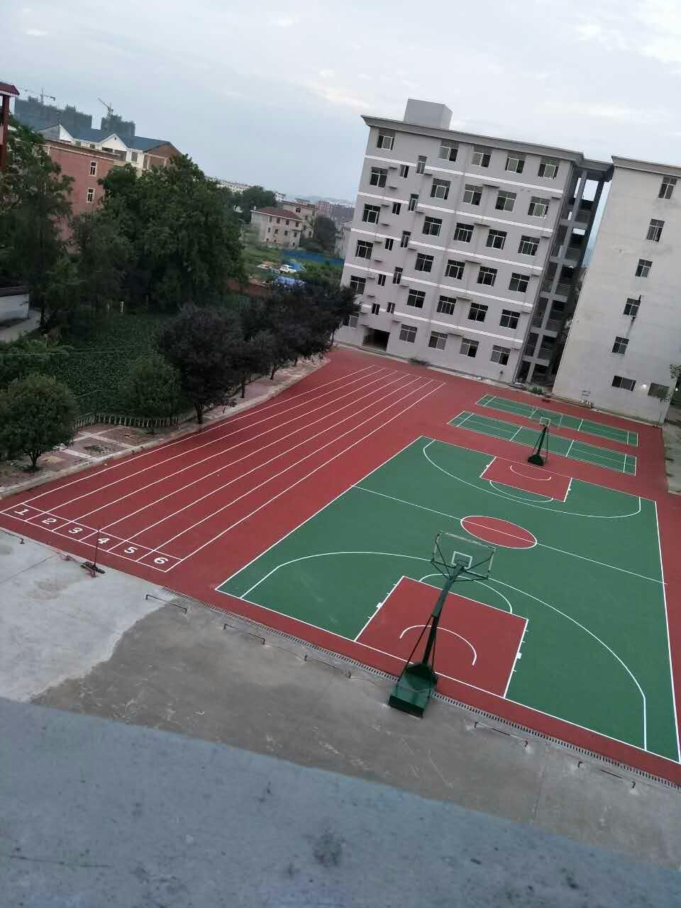 跑道篮球场