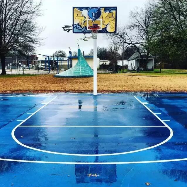 天天挂着暴雨信号,想出去打篮球都不得 那就看看雨后篮球场都变成啥样图片