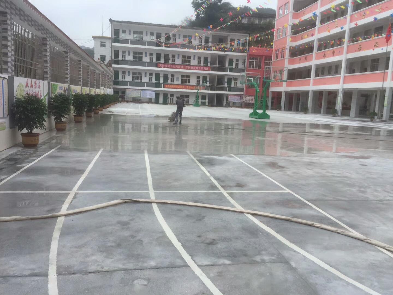 篮球场地面施工 打磨中