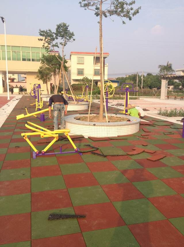 珠海斗门沙石村健身路径塑胶地垫铺设
