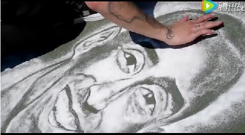 牛人在丙烯酸篮球场上撒盐作画,致敬科比·布莱恩特(Kobe Bryant)