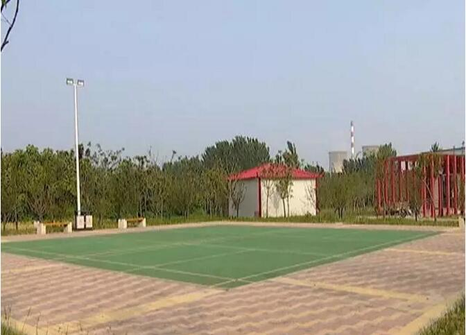 新兴路桥附近的室外丙烯酸网球场羽毛球场已建成很长时间,竟然没有安装球网和围网设施!