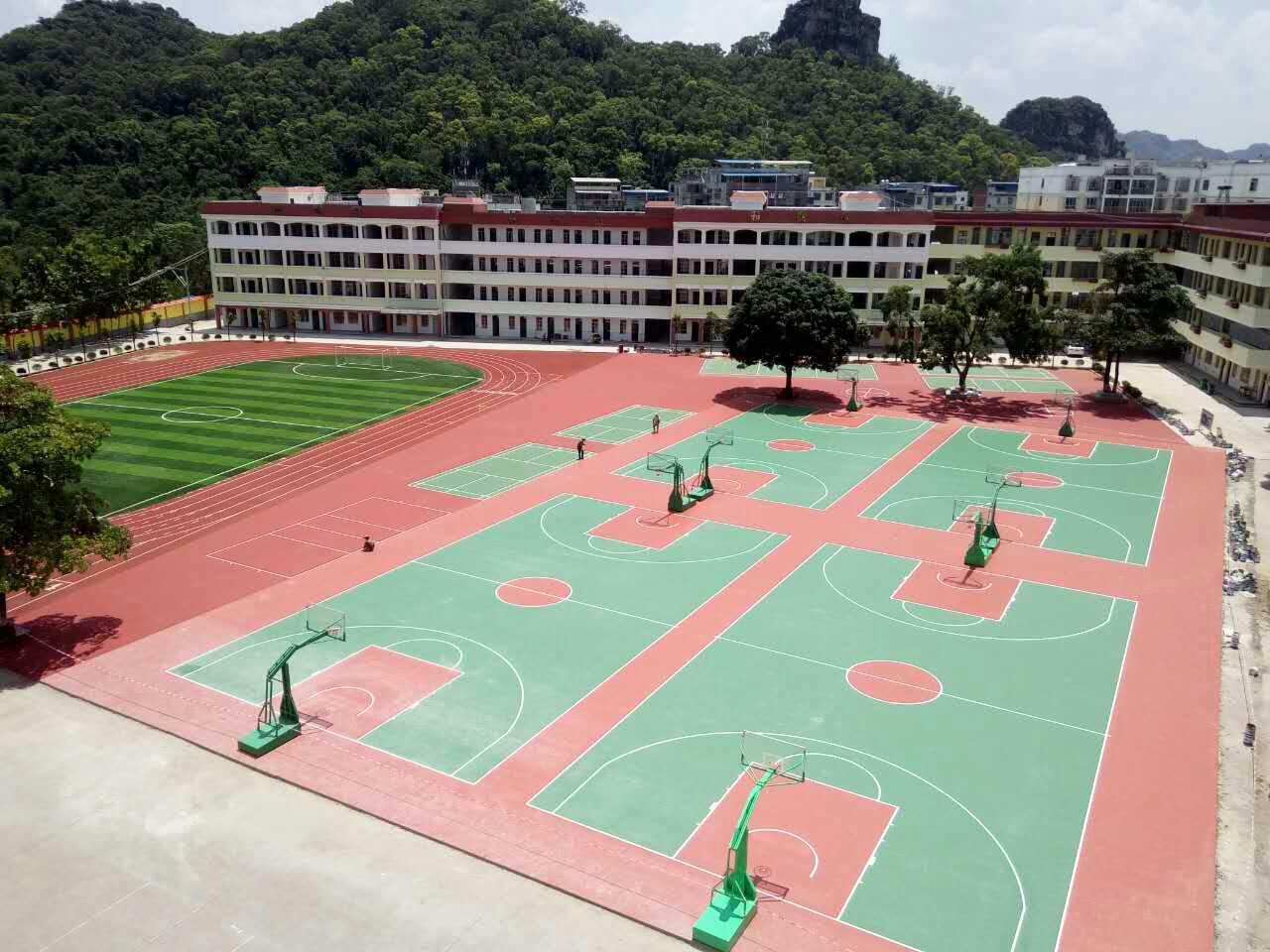 广西崇左和平中学运动场 透气型跑道 人造草坪足球场 硅PU篮球场 丙烯酸羽毛球场
