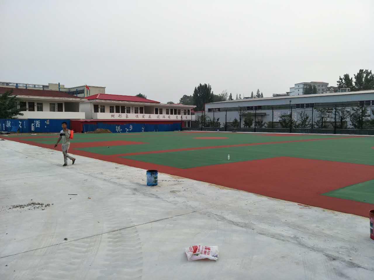 河南信阳商城第三中学室外丙烯酸篮球场施工完成