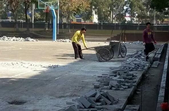 中山市民众中学篮球场要翻新!