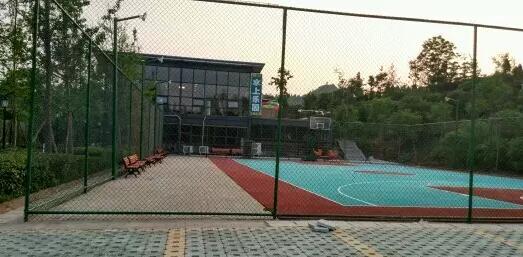 安岳 南苑水上乐园 新增丙烯酸羽毛球场 建造了室外标准篮球场