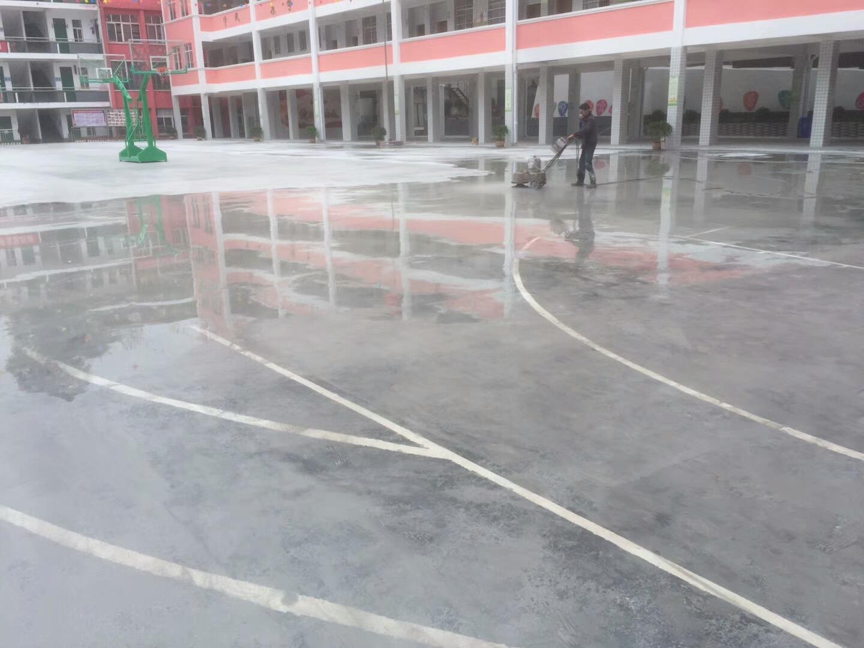 广西河池 南丹县小学运动场地 水性丙烯酸篮球场及跑道面层凯发k8国际网址工程施工 地面地面处理中